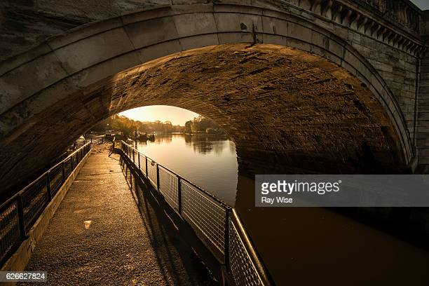arch under richmond bridge - richmond upon thames stock pictures, royalty-free photos & images