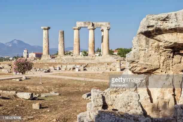 archaeological site with archaic temple of apollo, dorian columns, corinth, greece - temple grec photos et images de collection