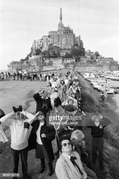 L'archange SaintMichel hissé au sommet de labbaye du MontSaintMichel le 4 octobre 1987 France
