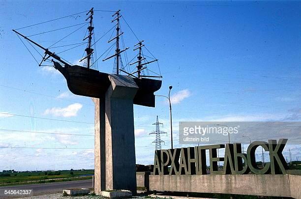 an der Stadtgrenze derSchriftzug und ein symbolischesSegelschiff 1996ansicht russland