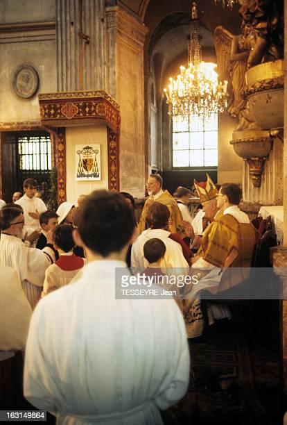 Archbishop Marcel Lefevre A Bishop Of Catholic Fundamentalist En France dans une église en présence d'un prêtre d'enfants de choeur et de fidèles...