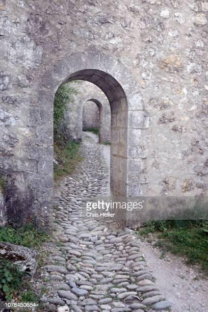 arched doorways & cobbled path citadel sisteron - image photos et images de collection