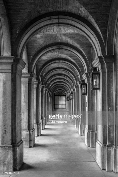 arched hall of binnenhof, the hague, south holland, netherlands - arch stock pictures, royalty-free photos & images