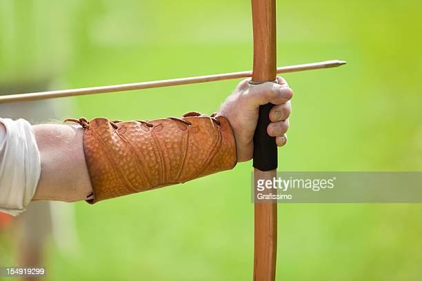 Archer um zu schießen mit Pfeil und Bogen