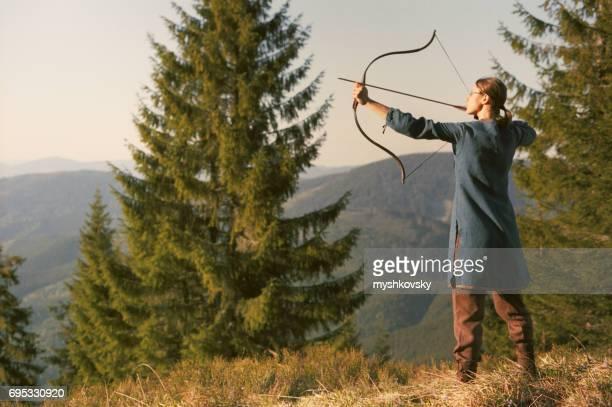 Bogenschützen schießen mit dem Bogen in den Bergen.