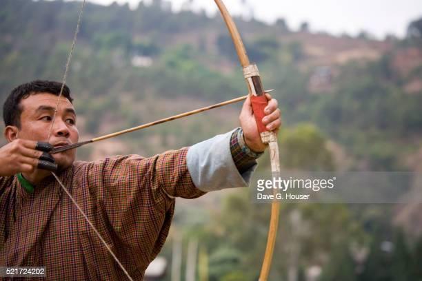 archer taking aim - プナカ ストックフォトと画像