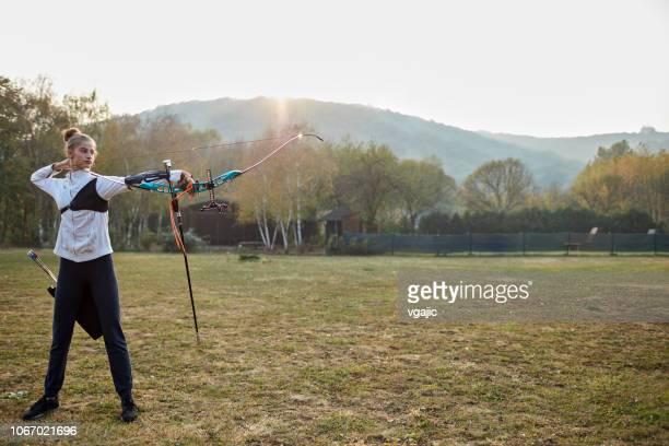 treinamento de tiro com arco - arco arco e flecha - fotografias e filmes do acervo