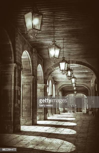arches and light - barry weiss photos et images de collection