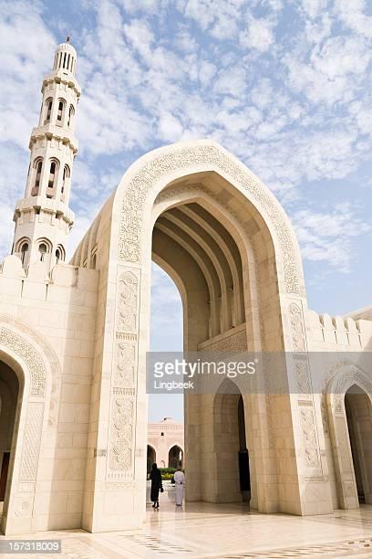 arcos de gran mezquita del sultán qaboos muscat - oman fotografías e imágenes de stock