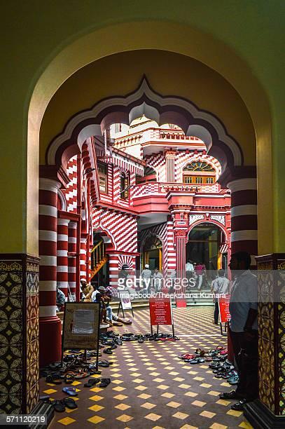 arches of the jami ul-alfar mosque ( red masjid) - mesquita imagens e fotografias de stock
