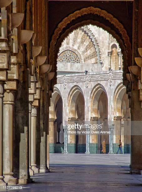 arches of the square outside the mosque of hassan ii in casablanca, morocco - victor ovies fotografías e imágenes de stock