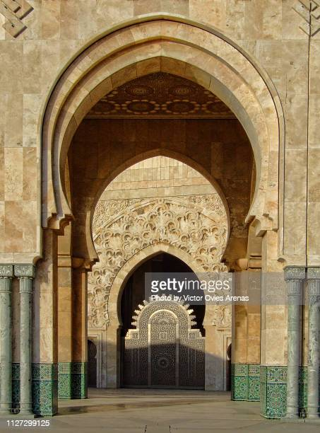 arches outside the mosque of hassan ii at sunset in casablanca, morocco - victor ovies fotografías e imágenes de stock