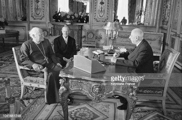 L'archevêque de Canterbury discutant avec le général de Gaulle l'ambassadeur de GrandeBretagne sir Patrick Reilly assiste à l'entretien dans le...