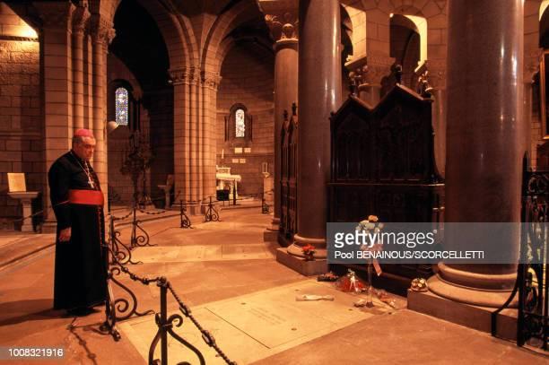 L'archevêque émérite Joseph Sardou dans la cathédrale devant la tombe de la princesse Grace de Monaco le 15 septembre 1996 à Monaco
