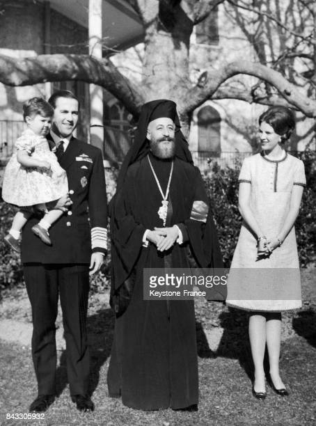 L'archevêque primat de l'Église orthodoxe de Chypre et président chypiote Makarios III en compagnie du roi Constantin II de Grèce avec sa fille...