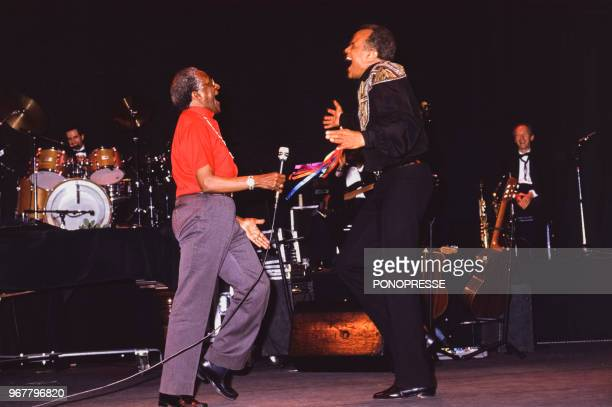 L'archevêque sudafricain Desmond Tutu sur scène lors d'une soirée en compagnie du chanteur Harry Belafonte le 30 mai 1986 à Montréal Canada
