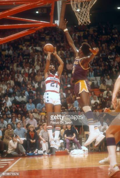 Archie Clark of the Baltimore Bullets shoots over Elmore Smith of the Los Angeles Lakers during an NBA basketball game circa 1973 at the Baltimore...