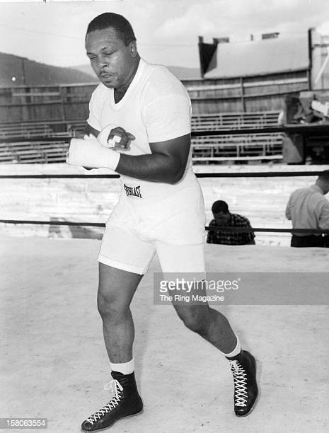 Archie Moore trains in the ring for his fight