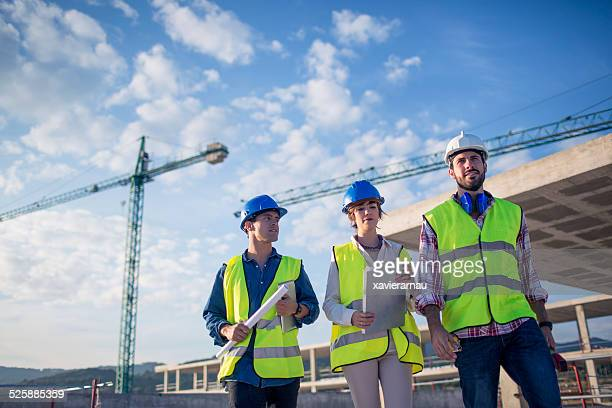 Architecte et builders inspecter le site de construction