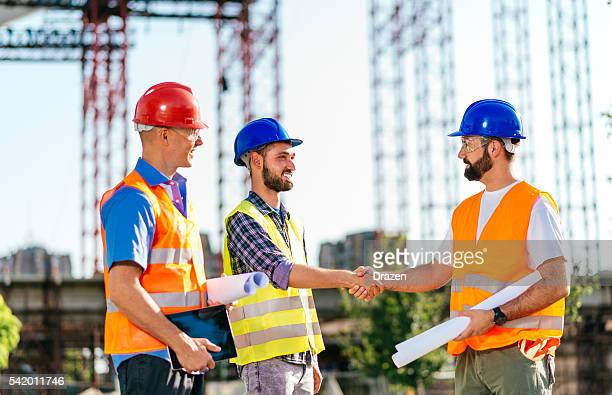 Architekt und Ingenieur Hände schütteln für erfolgreiche Projekte Entwicklung