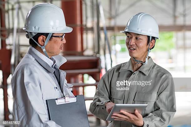 建築家やエンジニア、建設現場でのミーティング