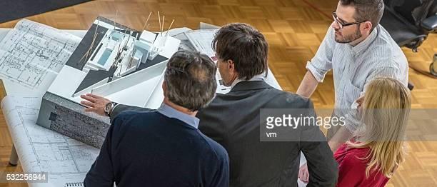 Architekten planen den Kunden erklären Projekt
