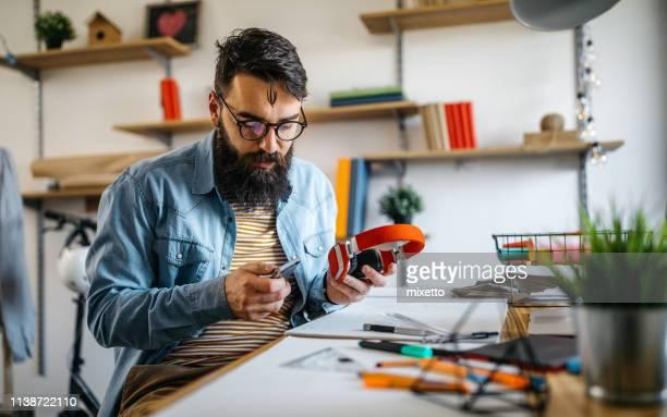 architecte relaxant avec la musique - affaires finance et industrie photos et images de collection