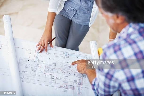 Architekt plan zu weiblichen Kunden zu zeigen