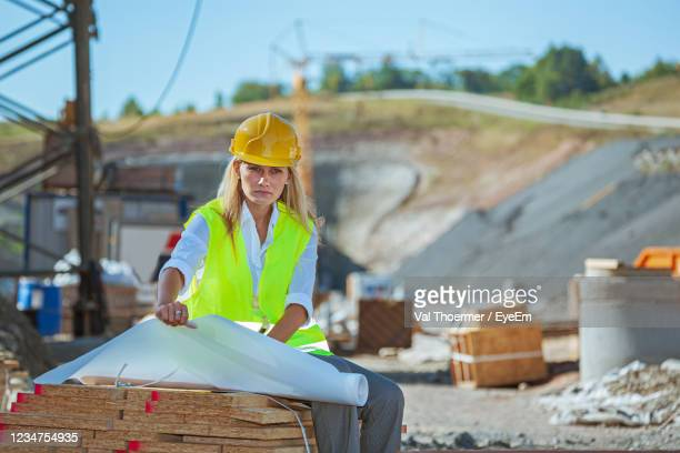 architect sitting at construction site - val thoermer stock-fotos und bilder