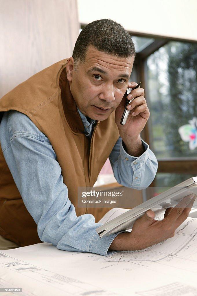 Architect talking on cell phone : Stockfoto