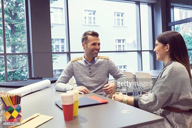 Architekt Gespräch mit seinen Kunden in einem Büro