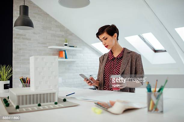 Architecte à l'aide de smartphone dans son bureau.