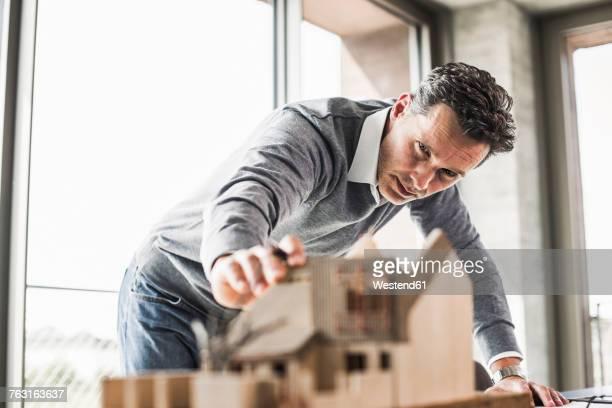 architect working on architectural model - beugen oder biegen stock-fotos und bilder