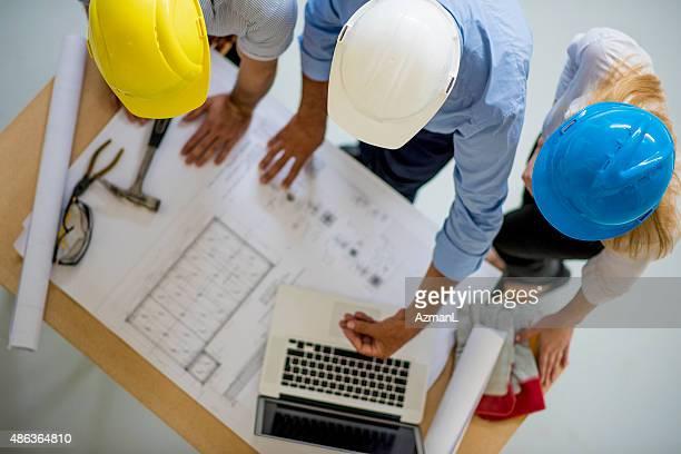 Arquitectos verificar o progresso na construção Site