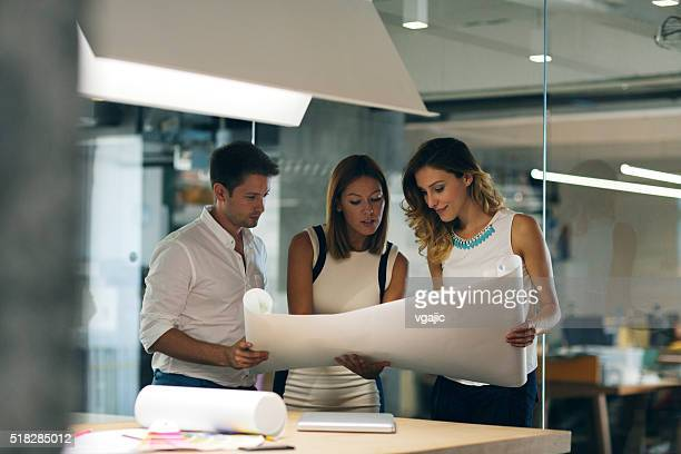 architects expertise blueprint in the office. - man met een groep vrouwen stockfoto's en -beelden