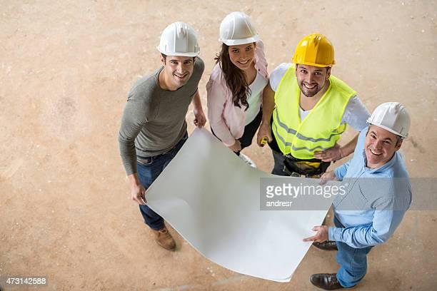 Arquitectos mirando blueprints