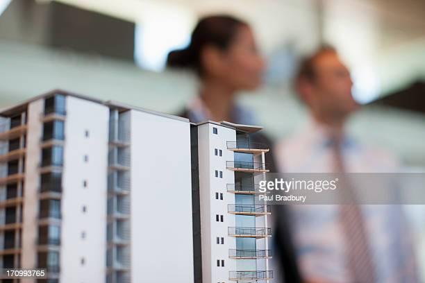Architekten, die im Gebäude-Modell im Büro