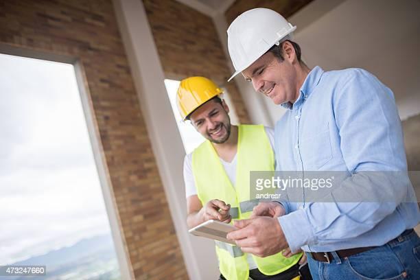 Architekten arbeiten auf einer Baustelle