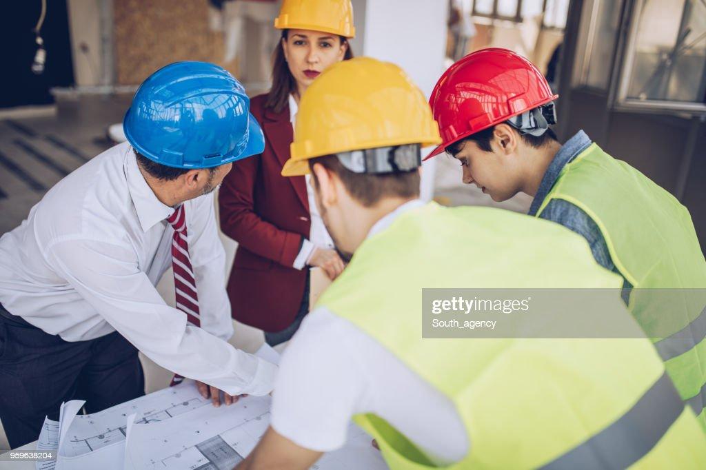 Architekten arbeiten auf der Baustelle : Stock-Foto