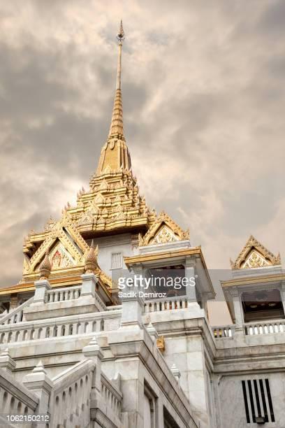 architectural detail from exterior of buddhist temple, wat traimit in bangkok - lugar famoso local fotografías e imágenes de stock