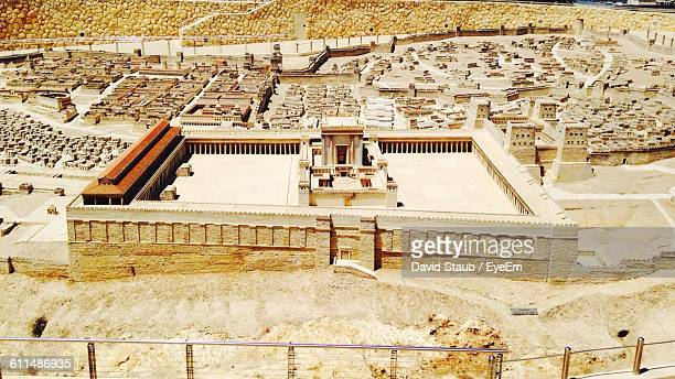 architectural model of temple in jerusalem - monte del templo fotografías e imágenes de stock