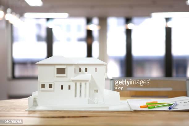 テーブルの上の建築模型 - 建築模型 ストックフォトと画像