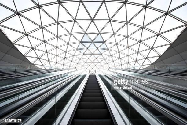 architecture, escalators de métro symétriques - escalator stock pictures, royalty-free photos & images