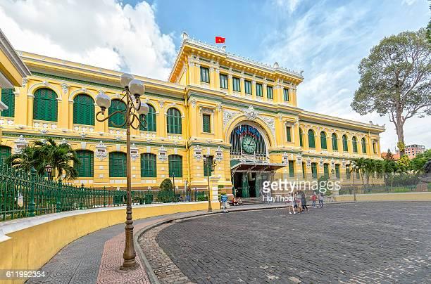 architecture outside saigon central post office - ho chi minhstad stockfoto's en -beelden