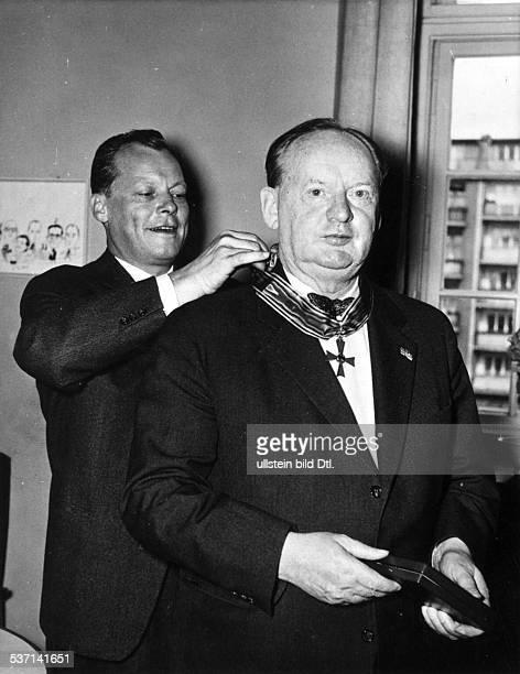 Architekt D Verleihung des Bundesverdienstkreuzes durch den Regierenden Bürgermeister von Berlin Willy Brandt