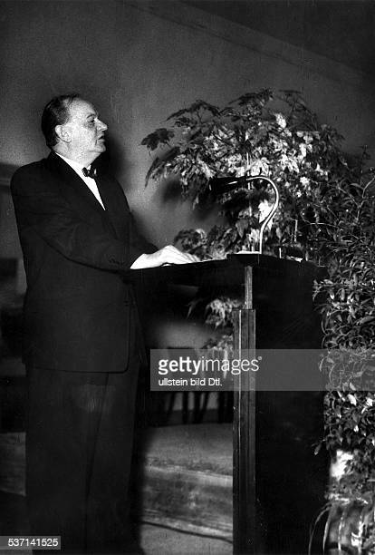Architekt D während einer Rede 1957