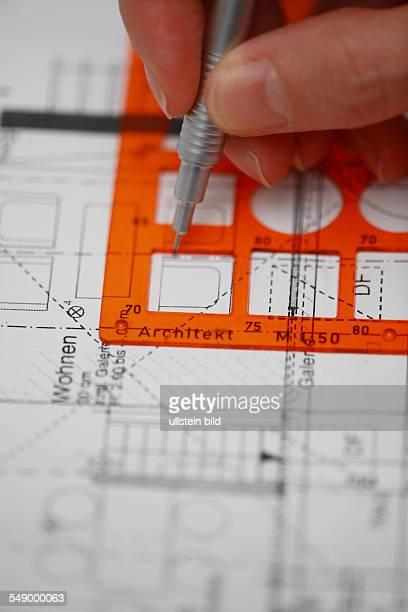 Architektenplaene mit Schablone komplettiert Mobiliar wird eingetragen