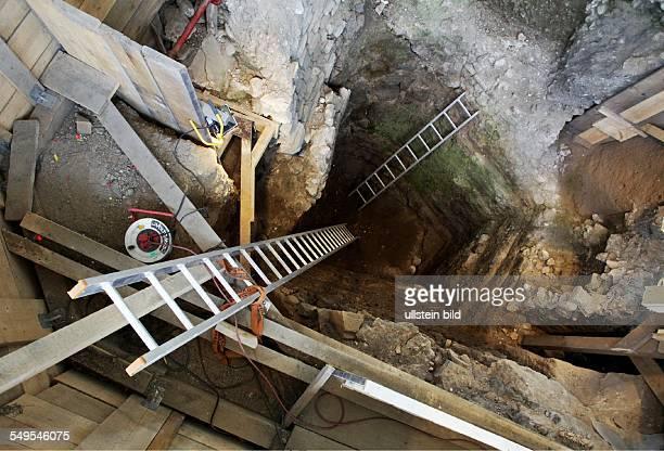 Archäologische Zone in Köln Diese Grube besitzt Konfliktpotential Könnte es eine Mikwe aus der Spätantike sein was Projektleiter Dr Sven Schütte für...