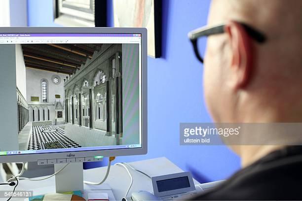 Archäologische Zone in Köln Projektleiter Dr Sven Schütte betrachtet am Computer eine Rekonstruktion der Synagoge von innen rechts im Bild ist die...