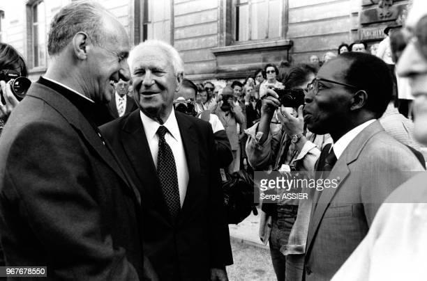 Archêque de Marseille le cardinal Roger Etchegaray, Gaston Defferre et Léopold Sédar Senghor aux 'Dialogues méditerranéens' organisés par le parti...